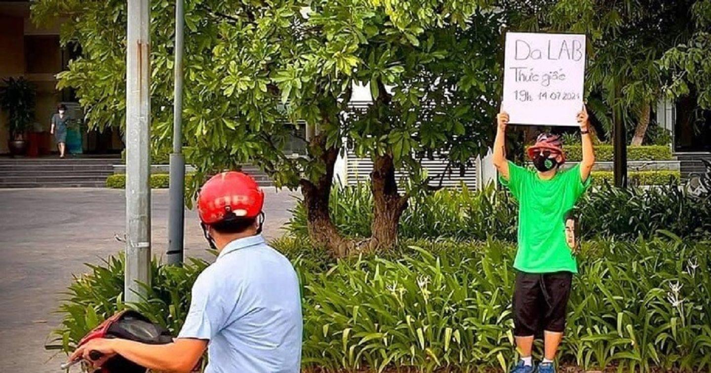 Gần gũi và dân dã như Da LAB: xuống phố giới thiệu MV mới bằng bảng quảng cáo viết tay