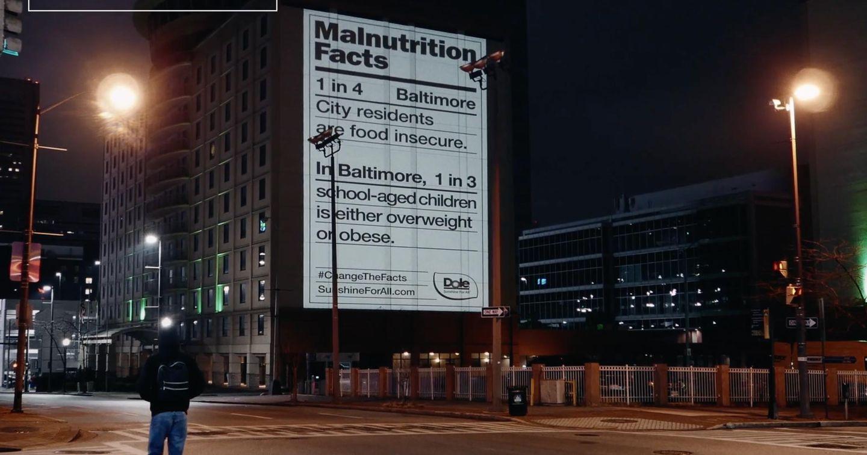 """Quảng cáo Dole gây sốt với hàng loạt bảng thành phần """"thiếu dinh dưỡng"""" khổng lồ"""