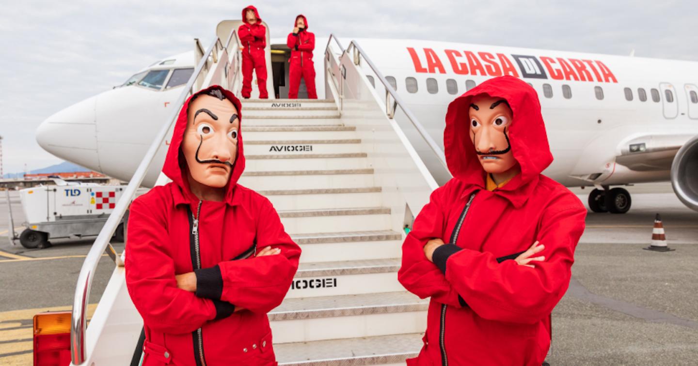 """Netflix tung quảng cáo thú vị: """"bắt cóc"""" superfan của Money Heist lên máy bay để ngăn spoiler"""