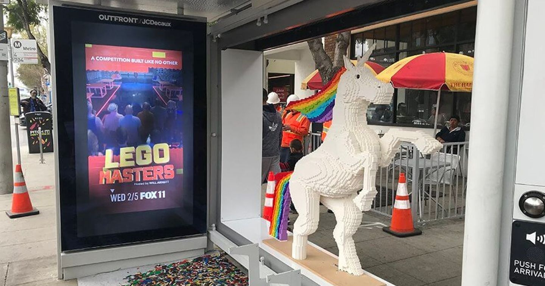Chiến dịch quảng cáo nhà chờ xe bus với mockup 3D của cuộc thi LEGO MASTERS