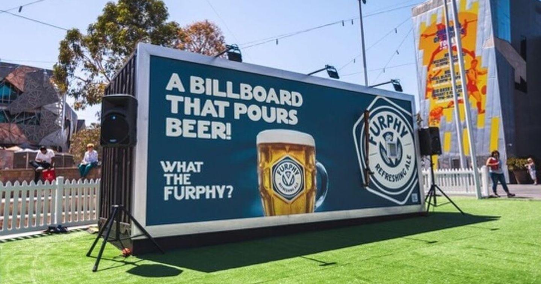 """Thích thú với Billboard quảng cáo """"biết rót bia"""" của Furphy"""