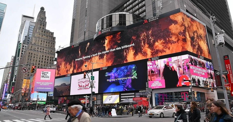 Billboard LED tại quảng trường Thời Đại rực sáng lời cảm ơn những người lính cứu hỏa